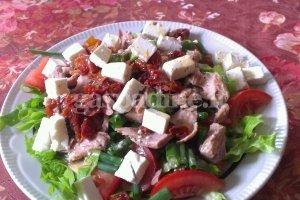 Salotos su tunu ir saulėje džiovintais pomidorais