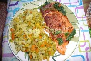 Lašišos kepsnys su troškintomis daržovėmis