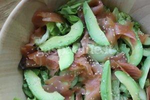 Rūkytos lašišos salotos
