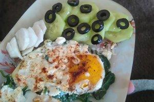 Kiaušiniai su špinatais ir feta