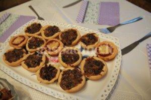Karamelizuotų svogūnų pyragėliai  su džiovintais baravykais