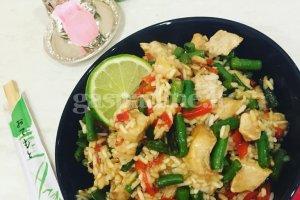 Tailandietiški ryžiai su vištiena ir čili pipirais