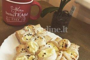 Sluoksniuotos tešlos pyragėliai su vaniliniu varškės įdaru
