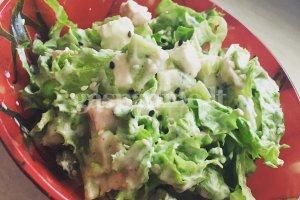 Vištienos salotos su kiviais ir brinza