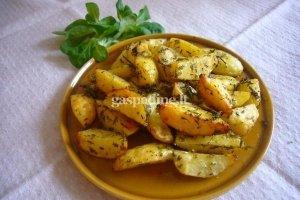 Orkaitėje keptos bulvių skiltelės su žolelėmis