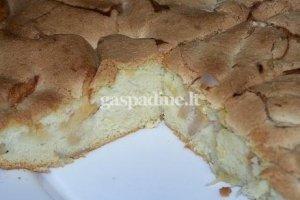 Pyragas su obuoliais ir bananais