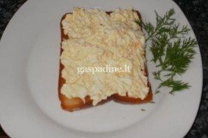 Kepta duona su sūriu ir kiaušiniais