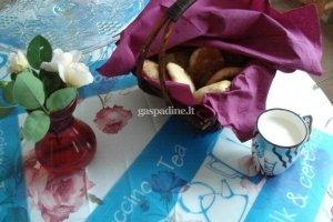 Varškinės tešlos bandelės su cukinijos, moliūgo, obuolių ir riešutų įdaru