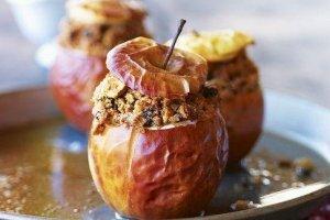 Kepti obuoliai su riešutais