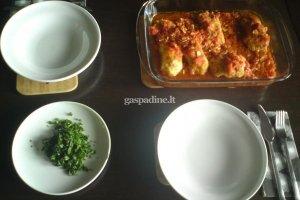 Žuvis su česnakiniais žvynais pomidorų padaže