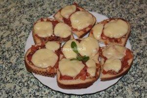 Sumuštiniai su mocarella sūriu ir pomidorais