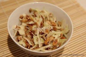 Kopūstų salotos su saulėgrąžomis ir moliūgų sėklomis