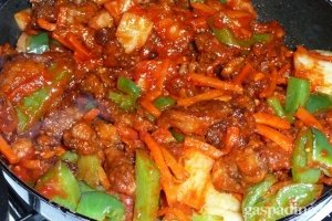 Kiauliena su daržovėmis saldžiarūgščiame padaže