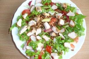 Karštos salotos su kalakutiena