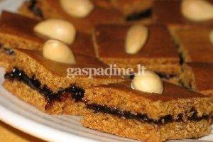 Medaus pyragas su uogiene