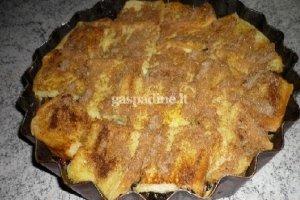 Lengvas pyragas su džiovintomis slyvomis