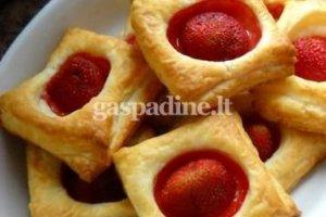 Sluoksniuotos tešlos sausainiai su braškėmis