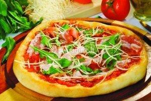 Pica su šonine ir salotoms
