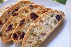 Biscotti su pistacijomis ir džiovintomis spanguolėmis
