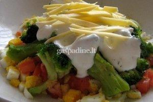 Brokolių salotos su kiaušiniais, pomidorais ir česnakiniu padažu