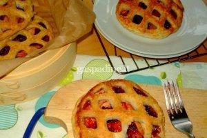 Sluoksniuotos tešlos pyragaičiai su obuoliais ir avietėmis