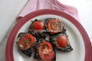 Sumuštinukai su šprotais ir pomidoru